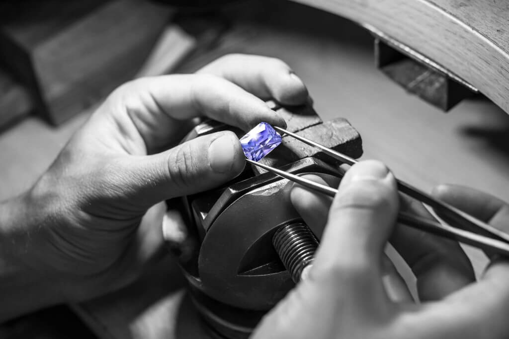 Local Singapore bespoke and customised Jeweler. Customised coloured gemstone Sapphire, Ruby, Emerald, Spinel, Paraiba Tourmaline, Tanzanite and diamond with wedding engagement ring, wedding bands, earring and pendant jewellery.