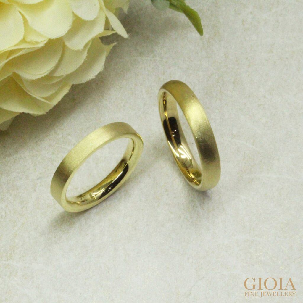 Customised Wedding Bands in Yellow Rose and White 18k Gold. Polish with rough matt finished, unique and yet simple bands for daily wear. Looking for a custom made wedding bands at GIOIA Fine Jewellery | Local Singapore customised wedding jeweller in bespoke jewellery