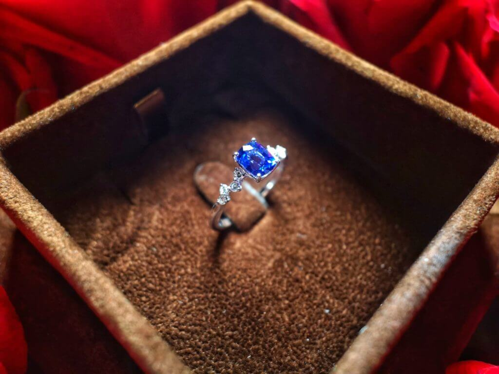 Customised Proposal Ring having an exceptional and one of a kind design proposal ring, customised with Unheated blue Sapphire Gemstone | Local Singapore Customised Jeweller in coloured gemstone and diamond for wedding jewellery